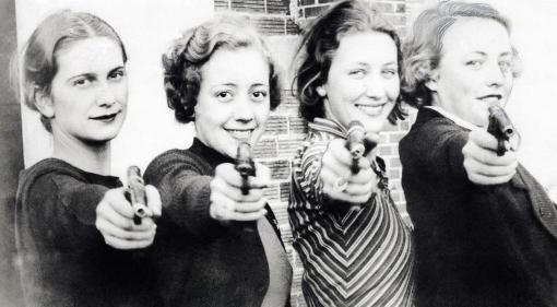 Schietsport. Vrouwen met pistool in de aanslag: dames-kampioenen team van de universiteits-schietclub van Missouri. [1934].  Sports. Shooting. Women with their pistols at the ready: ladies champions team of the Missouri University shooting club. [1934].